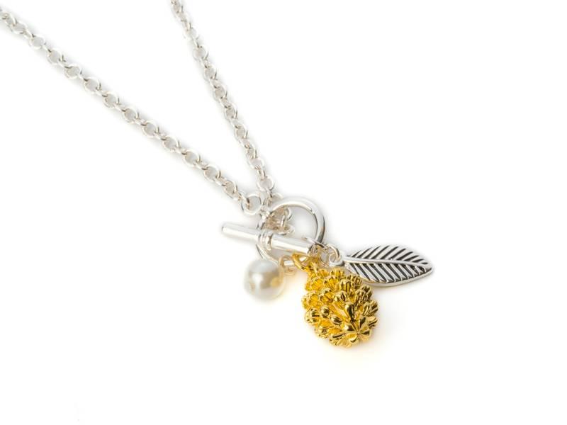90143 Langt halssmykke med kjede gullfarget kongle og blad i søl
