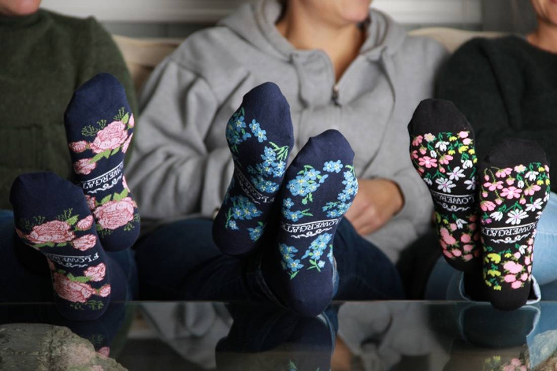 42001 Sokker blå med roser under foten