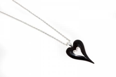 Bilde av 10600 Langt smykk med sort hjerte