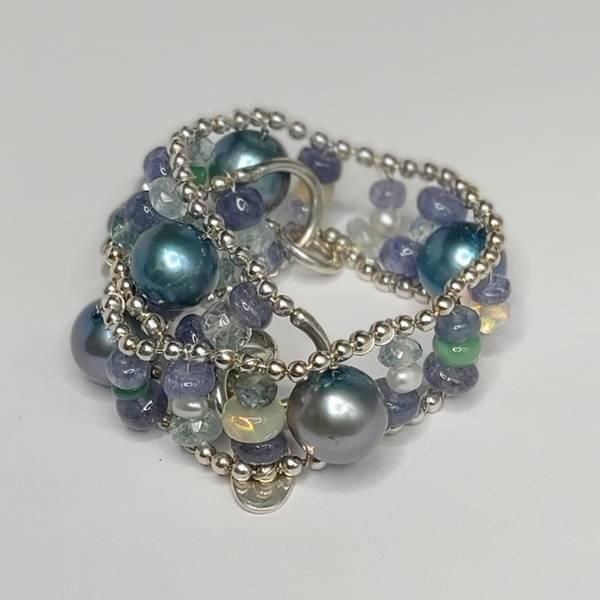 Armbånd blå med perler og opaler