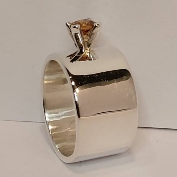 Bred sølvring med safir