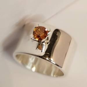 Bilde av Bred sølvring med safir