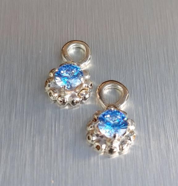 Anheng blomst med blå Cubic Zirkonia