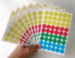 10 ark med smileansikter.