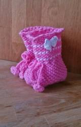 Nydelige rosa baby sokker med tre hvite striper.