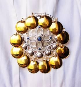 Bilde av Sølje i sølv med gull løv og safir