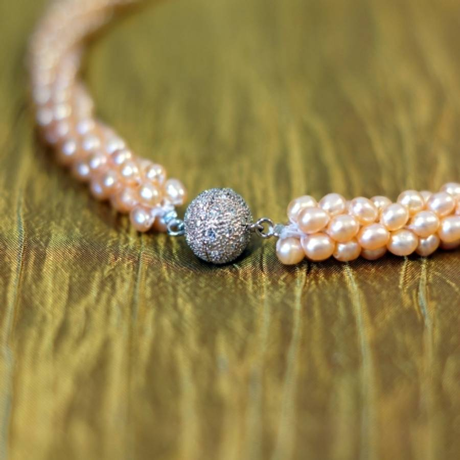 Perlehalsbånd sammensatt av småperler, fersken farget/hud-farge