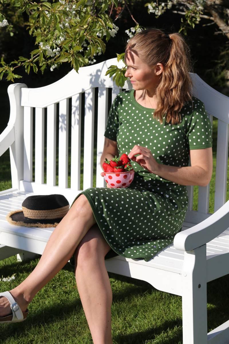 Fia olivengrønn og hvit kjole