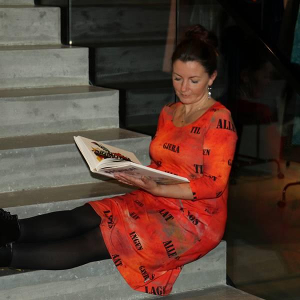 Bilde av Hallfrid Oransje art kjole