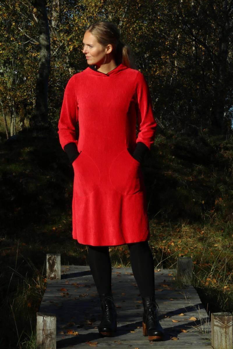 Kjerstin rød hettekjole