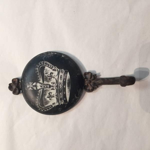 Knagg med krone (sort og rusten)