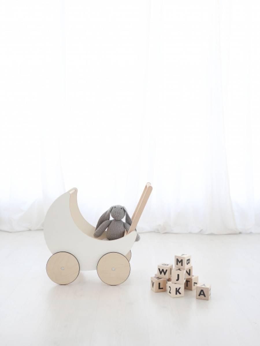 Dukkevogn i tre hvit