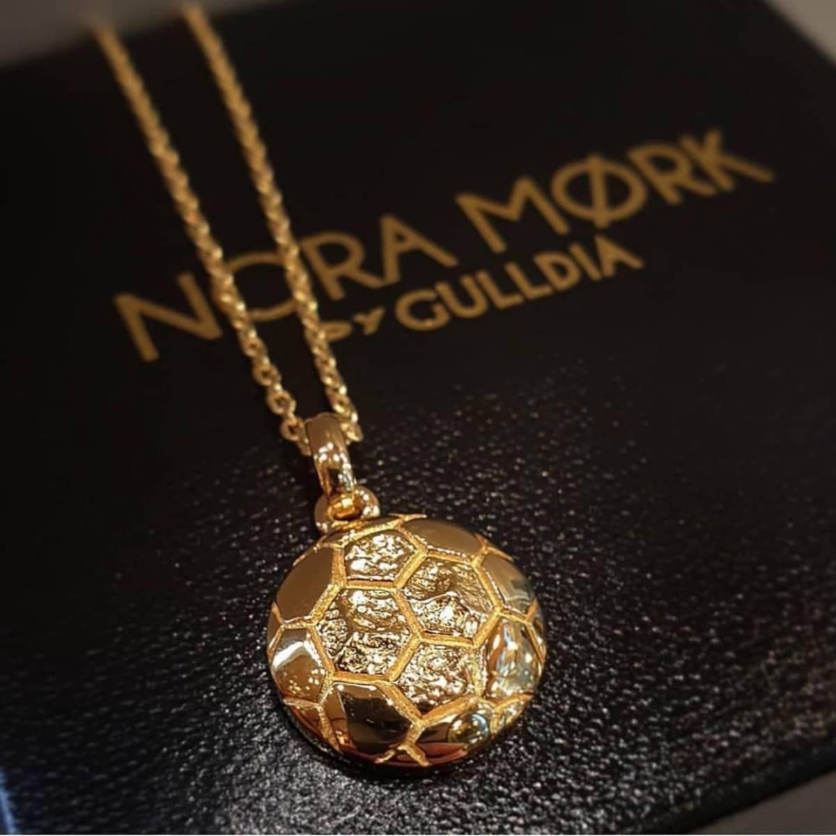 Nora Mørk smykke  Forgylt håndball anheng i sølv med 45cm kjede