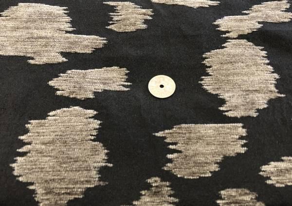Bilde av Svart bomullspoplin m/gråbrune velourflekker -