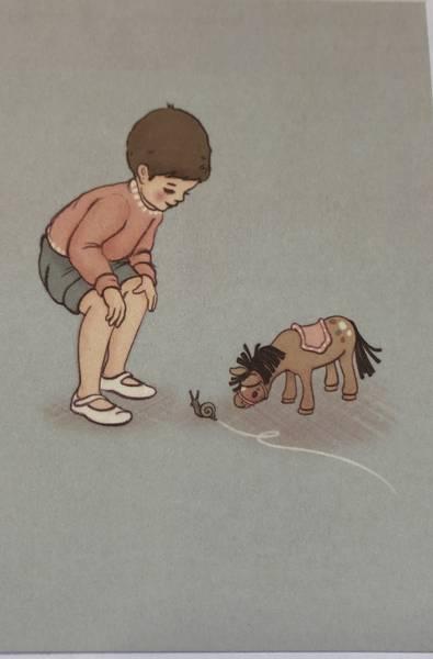 Bilde av Gutt og hest studerer en snegle