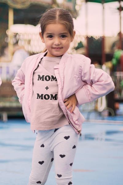 Bilde av Mom + Mom Unisex Kids T-Shirt - Light Pink