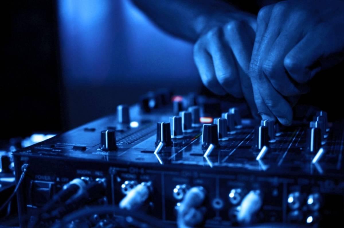 DJ med lydanlegg