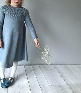 Bilde av Krans kjole - hoppestrikk
