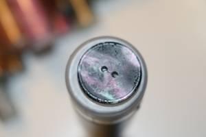 Bilde av Sort knapp med lilla og