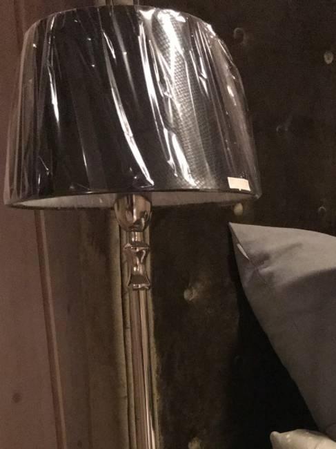 Lampe med sort skinnskjerm