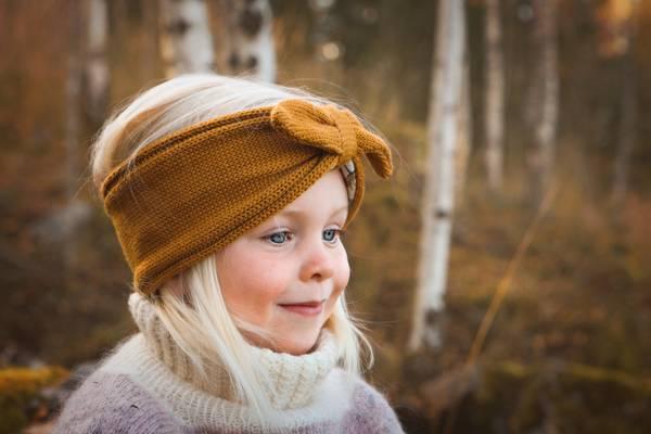Bilde av Pannebånd Swiss i merinoull, oker