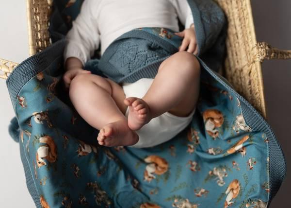 Bilde av Pledd Coolalee i merinoull med bomullsfôr, gråblå, rever