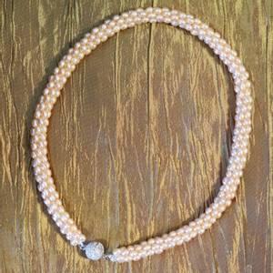Bilde av Perlehalsbånd sammensatt av småperler, fersken farget/hud-farge