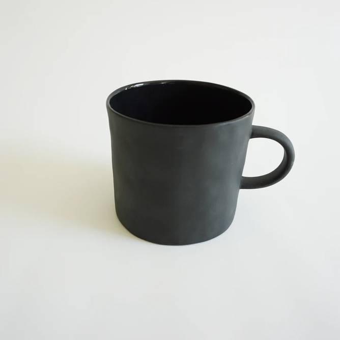 Bilde av Cup With Handle Black - Kajsa Cramer