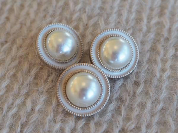 Perlemorsknapp med hvit kant