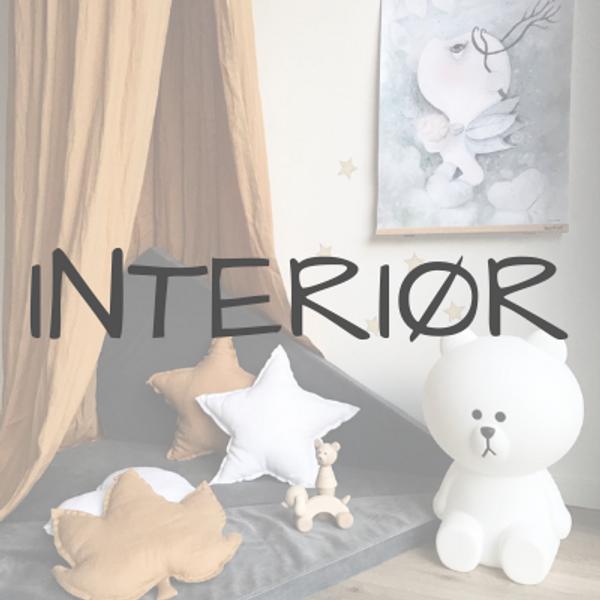 Barnerom interiør, sengehimmel, wallstickers, knagger, gulvteppe