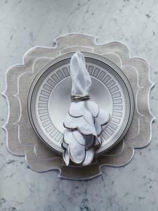 Bilde av Bordbrikke med brodert kant - beige