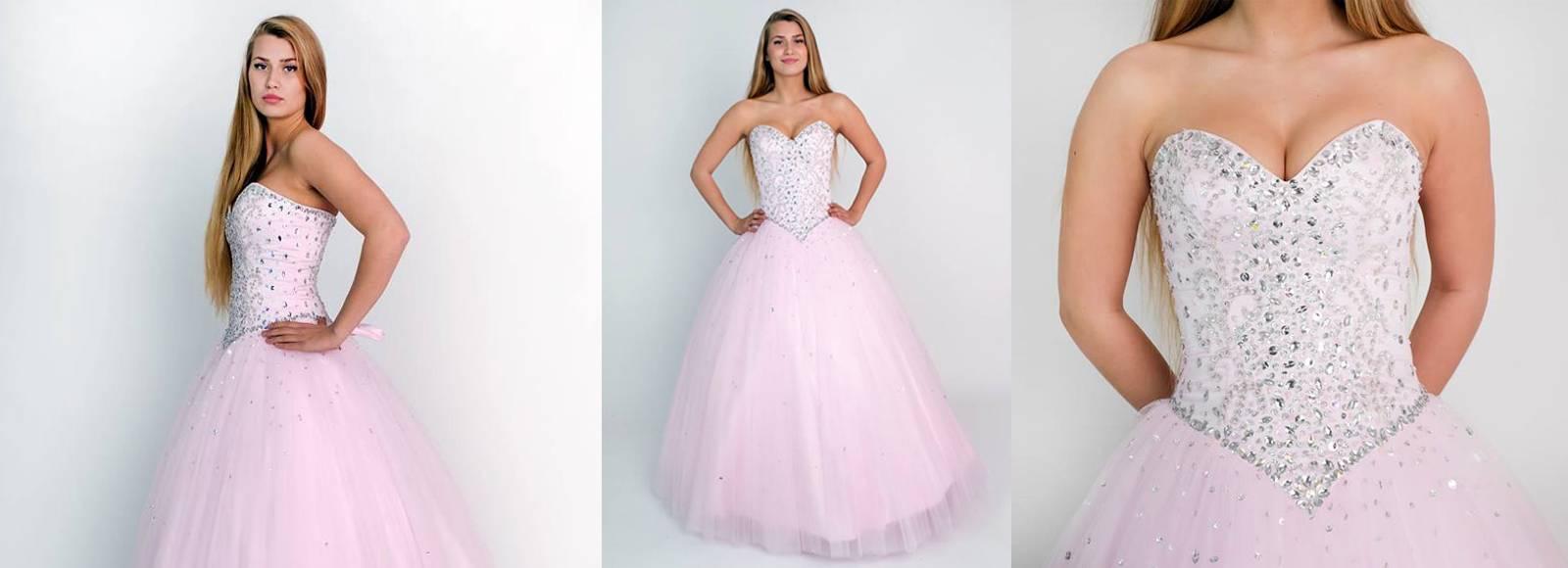 jente som har på seg lyserosa stroppeløs ballkjole med glitter på korsettet  og stort tyllskjørt