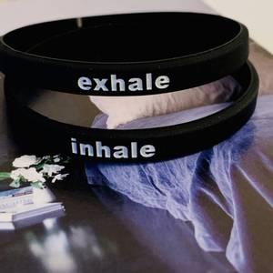 Bilde av TO SORTE RAPP, inhale-exhale