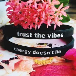 Bilde av TO SORTE RAPP, trust the vibes