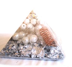 Bilde av Orgone pyramide med howlitt,