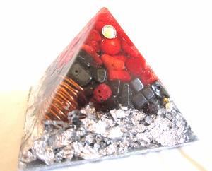Bilde av Orgone pyramide med rød