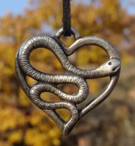 Bilde av Slange i Hjerte anheng -