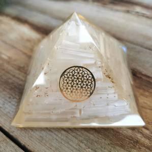 Bilde av Orgonite Pyramid Selenite Inside With Flower of