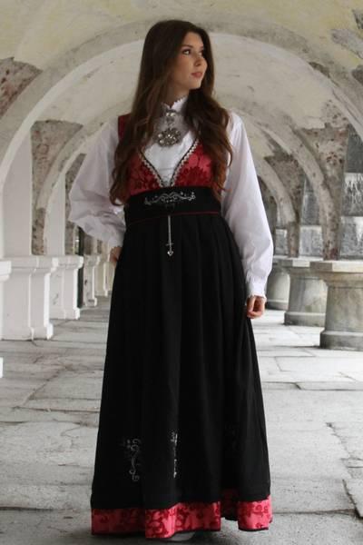 Bilde av Tora festdrakt rød