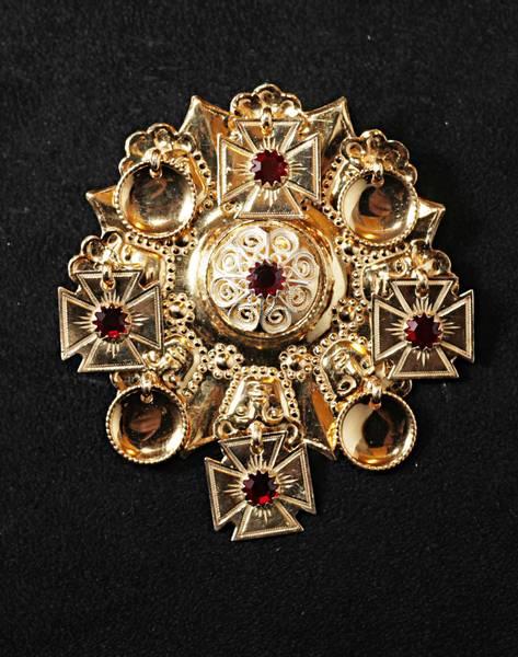 Bilde av Gullforgylt sølje med rød stener - Bunadsølv - 15524