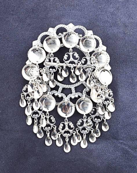 Bilde av Storsølje i hvitt sølv med hvite blad - Bunadsølv - 15500