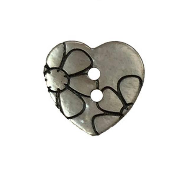 Hjerteformet perlemorsknapp med blomster 15mm