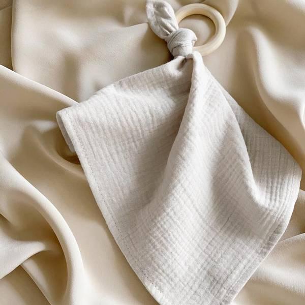Bilde av Bitering med Koseklut i Musselin 30x30 - Plume - Light Grey
