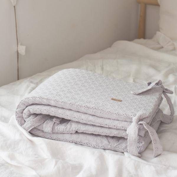 Bilde av Sengekant Baby - Sprinkelseng - Brodert - Babyly - Lysegrå