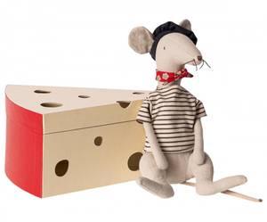 Bilde av Bamse - Cool rat in cheese box - Light grey fra Maileg