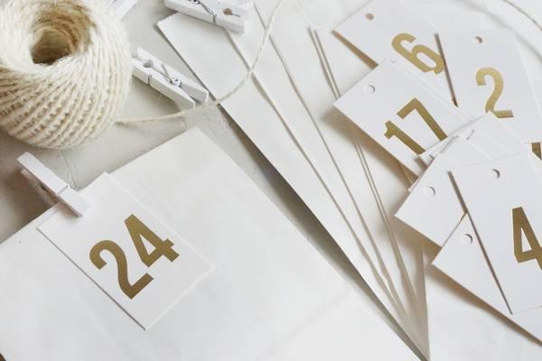 Bilde av 25 pakker | Tall 1-24, hvit/gullskrift
