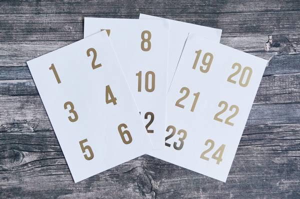Bilde av 25 pakker | Tall 1-24, hvit/gullskrift,
