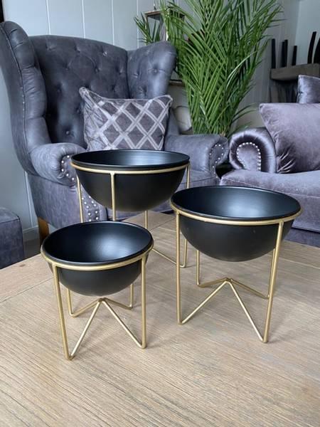 Sett med 3 sorte skåler i gullfarget stativ