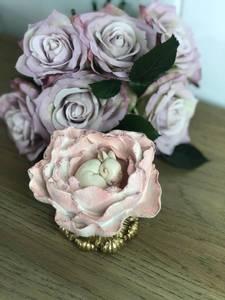 Bilde av Kanin liggende i blomst