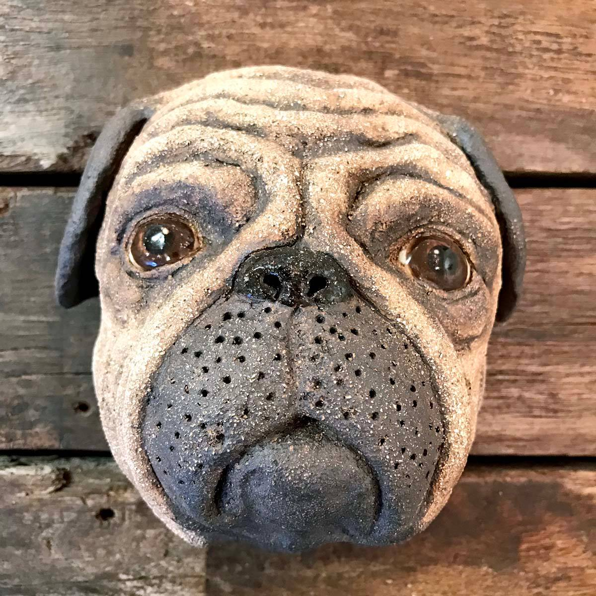Pia, skulptur vegg hund